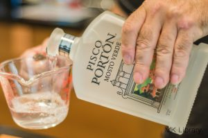 pisco sour recipe pouring pisco porton moste verde